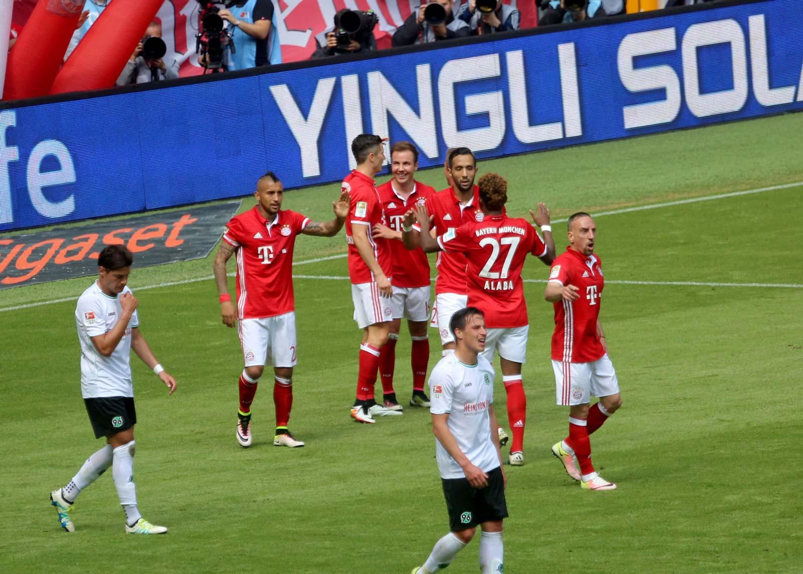 on-pitch-bayern-munich-16-17-home-kit (2)